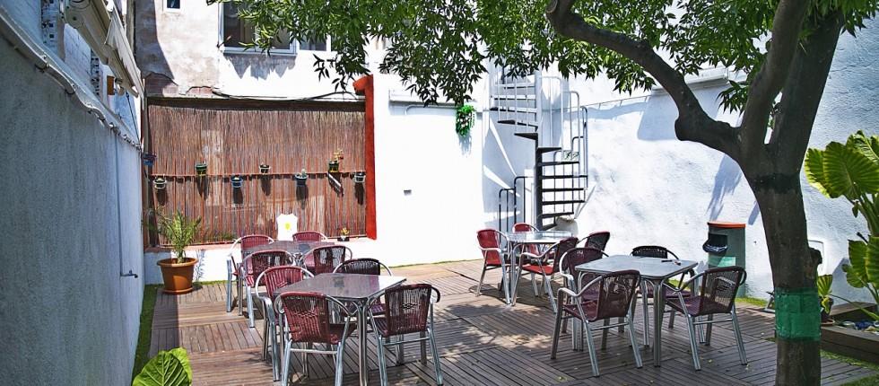 increíble terraza exterior con hamacas y jardín ideal para descansar, leer un libro o compartir experiencias con otros viajeros.
